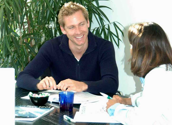 German one-to-one course. The teacher is smiling at the participant.